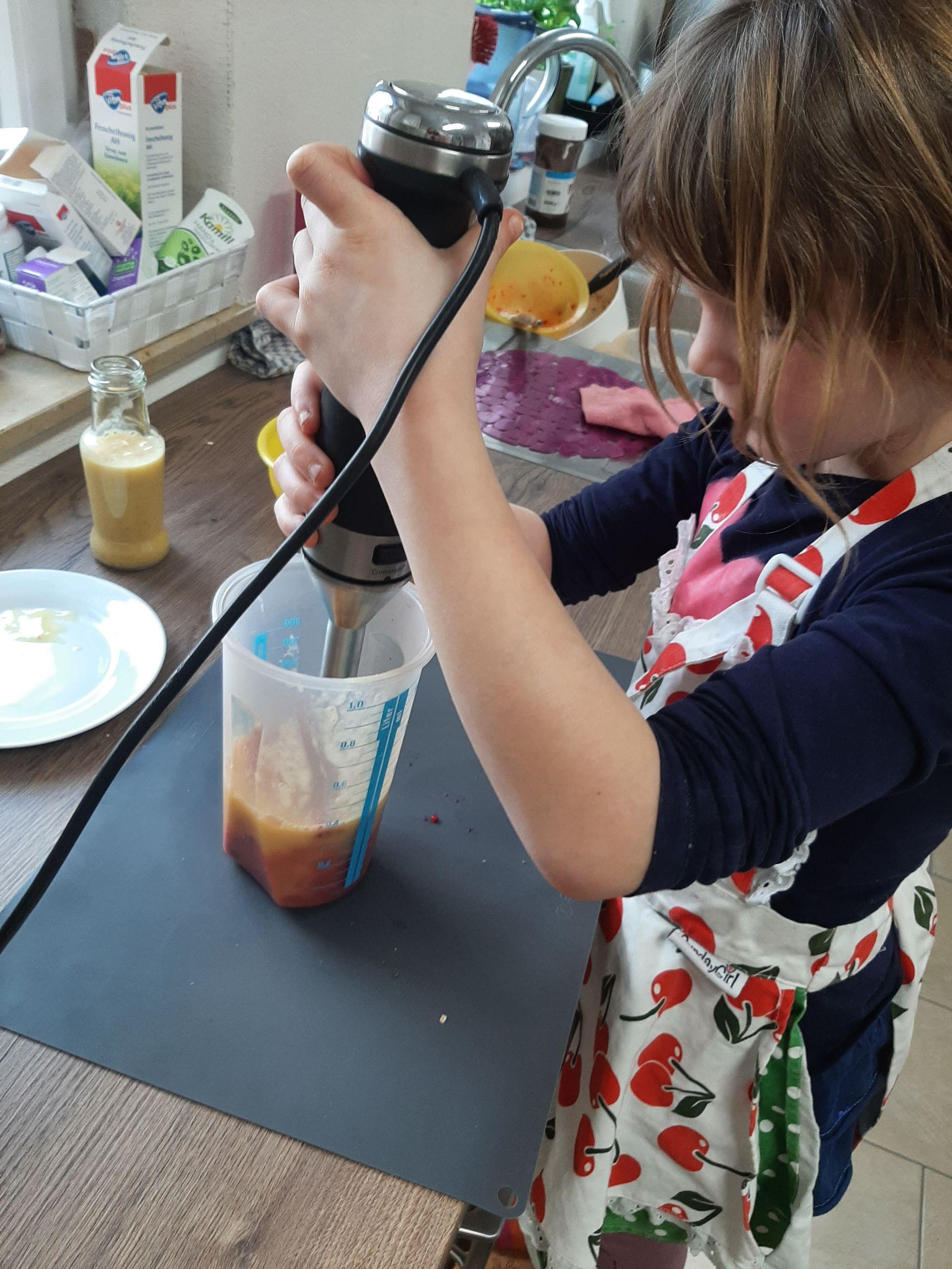 Kinder pürieren für Fruchtsmoothie