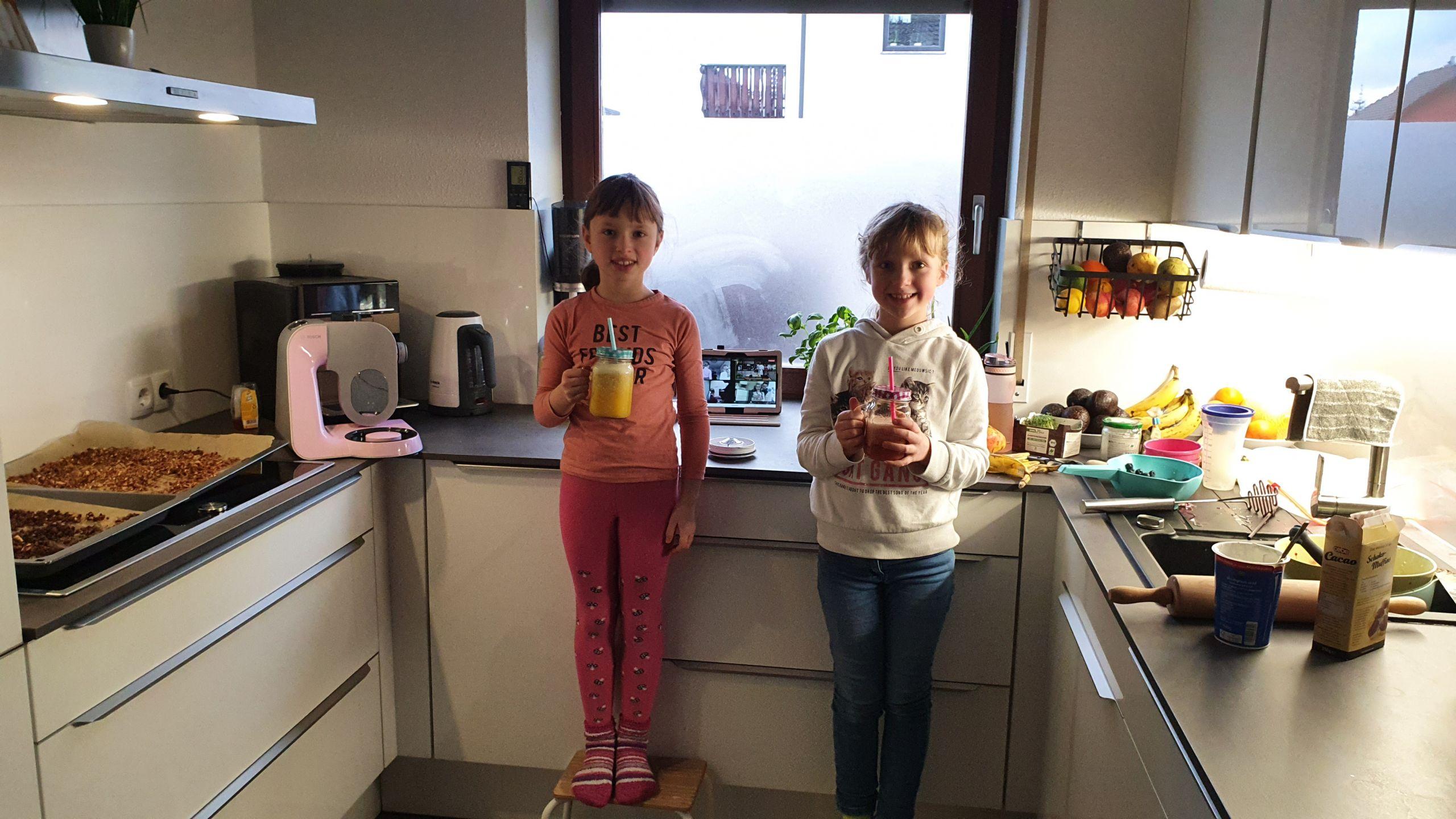 Stolze Köche mit Fruchtsmoothie von Kinder-Kochkurs.com